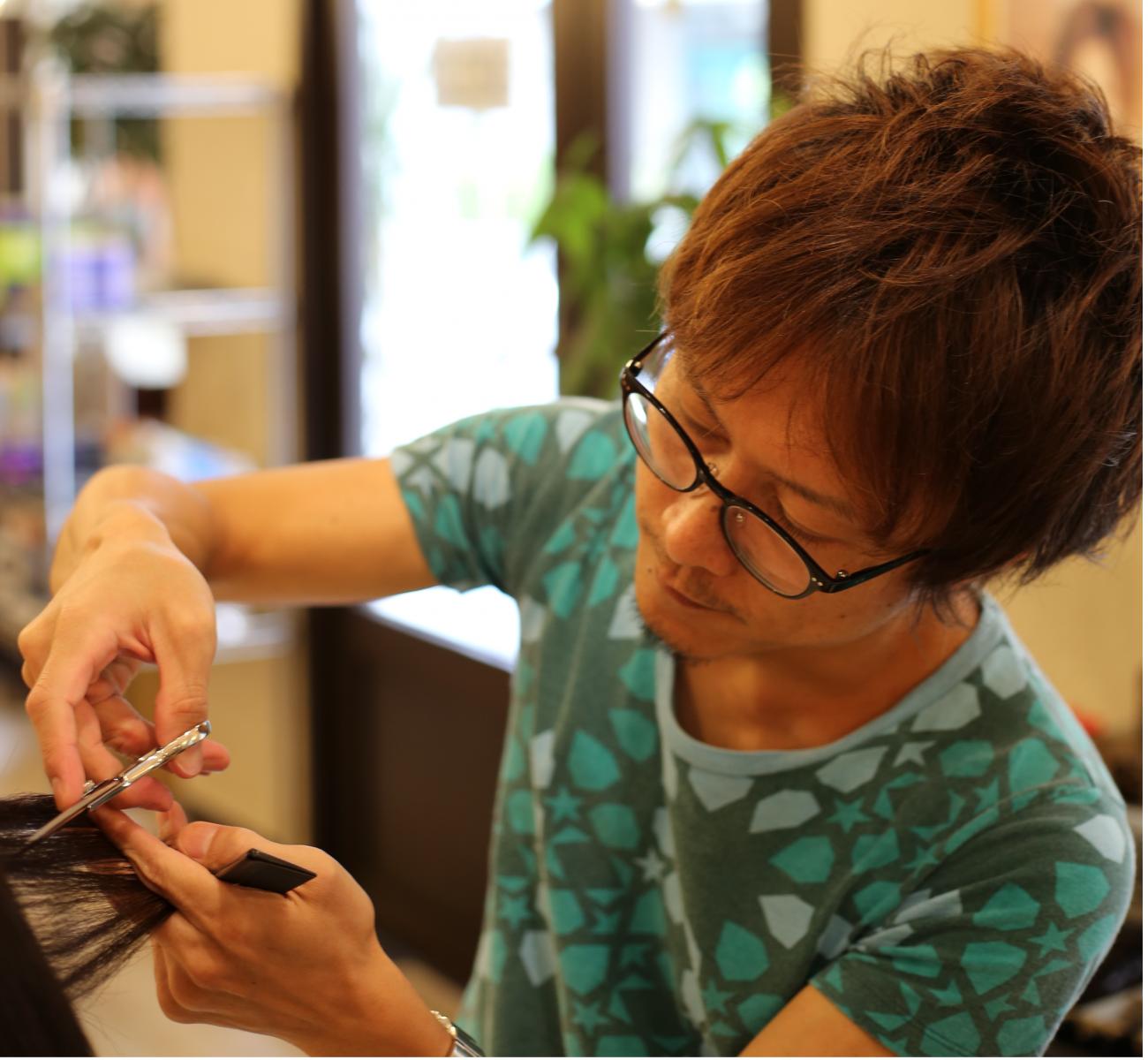 セントジョージが提供するヘアスタイルは、乾かすだけで再現しやすいナチュラルヘアが特徴です。ドライカット(髪の乾いたナチュラルな状態でのカット)で、濡れた状態では分かりづらいお客様の自然な状態での髪質、毛量、毛流を把握しながら質感、量感を調整し、ウィ―ビングカット等で束感を作る繊細なカット技術は微妙なタッチを計算されたカットです。時間が経ってもスタイルが崩れにくく「伸びてもカッコいい」ヘアスタイルを作ることができます。また、スタイリストによって技術面でのバラツキがないようにトップスタイリストが作成した基礎からトレンドスタイルまでの技術マニュアル動画により高い技術力のレベル統一がなされています。是非セントジョージのこだわりカット技術を御体験下さい。