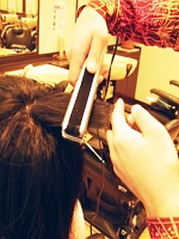"""◆◆従来の縮毛矯正をはるかに超える仕上がり感◆◆癖毛でお悩みの方だけでなく、ボリュームが出やすく重く見られる等のお悩みの方にもお勧めです。自然な仕上がり感""""ナチュラル""""にこだわった方にはブロー法を、頑固な癖をしっかり伸ばしたい方にはアイロン法を。またメンズ用特殊アイロンがありますのでショートヘアの方でも縮毛矯正ができます。憧れのサラサラストレートヘアを縮毛矯正であなたのものに。"""